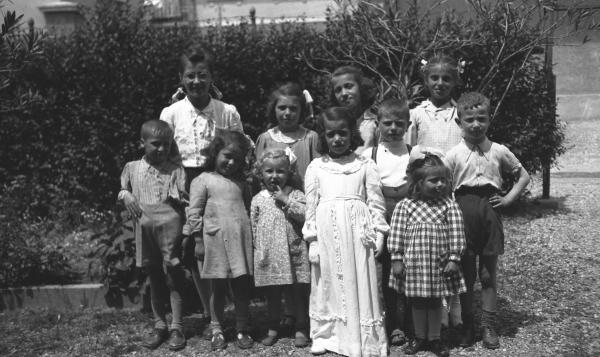 d0b04382bb220 Bambini vestiti a festa fanno da cornice all amichetta nel giorno ...